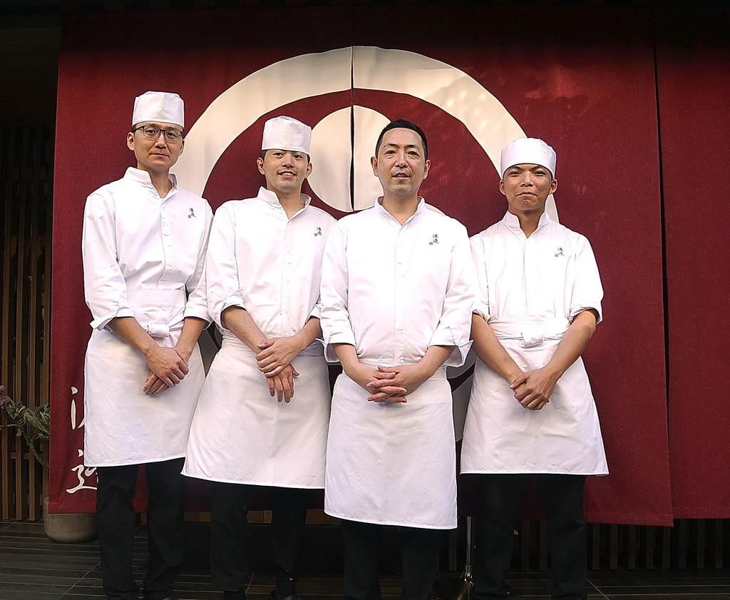 因欣賞渡邉信介(右2)精湛廚藝,「老蕭」蕭敬騰以〈渡邉〉為名開設日本料理餐廳,如今訂位已接到2月。(圖/姚舜)