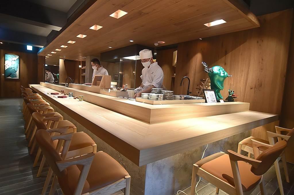 位在台北東區216巷弄內的〈渡邉〉,板前有12個客席座位,以Omakase型式供應的套餐有16道菜,餐價6000元+10%,熱食比例高達六成。(圖/姚舜)