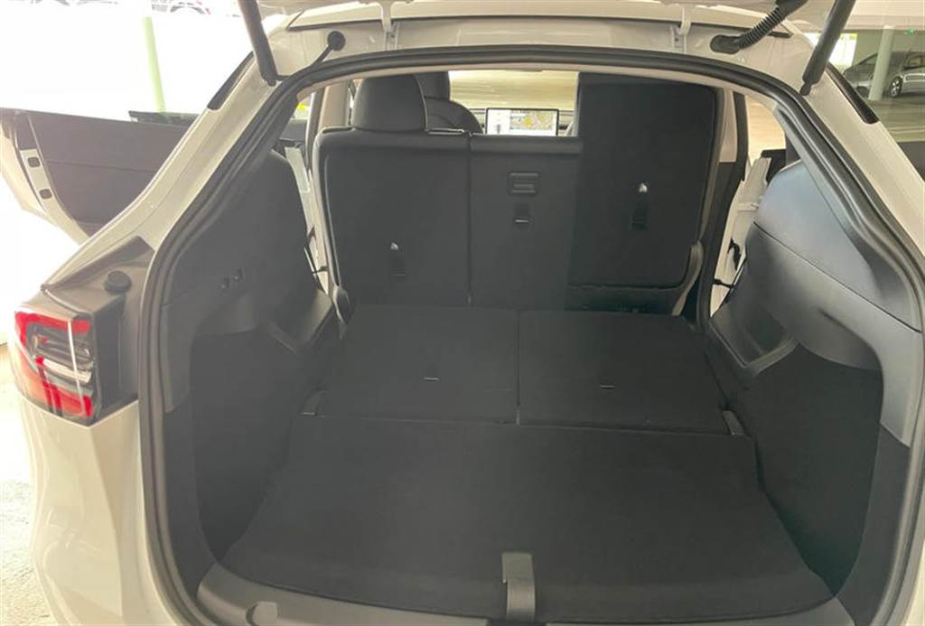 把第三排坐椅的椅背往前推,即可讓座椅倒放並收折。