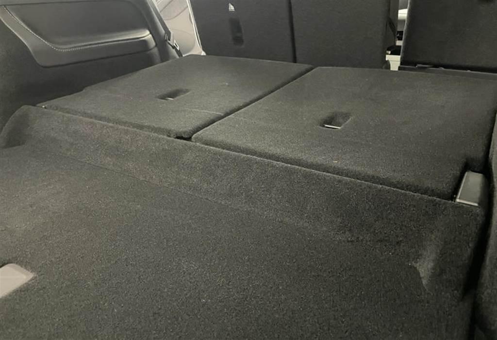 第三排座椅收折之後,明顯看的出來後車箱會有不小的高低落差。