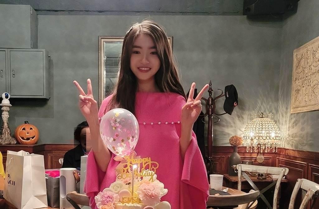 王中平與余皓然女兒過18歲生日。(圖/取材自王中平和余皓然愛的小屋臉書)