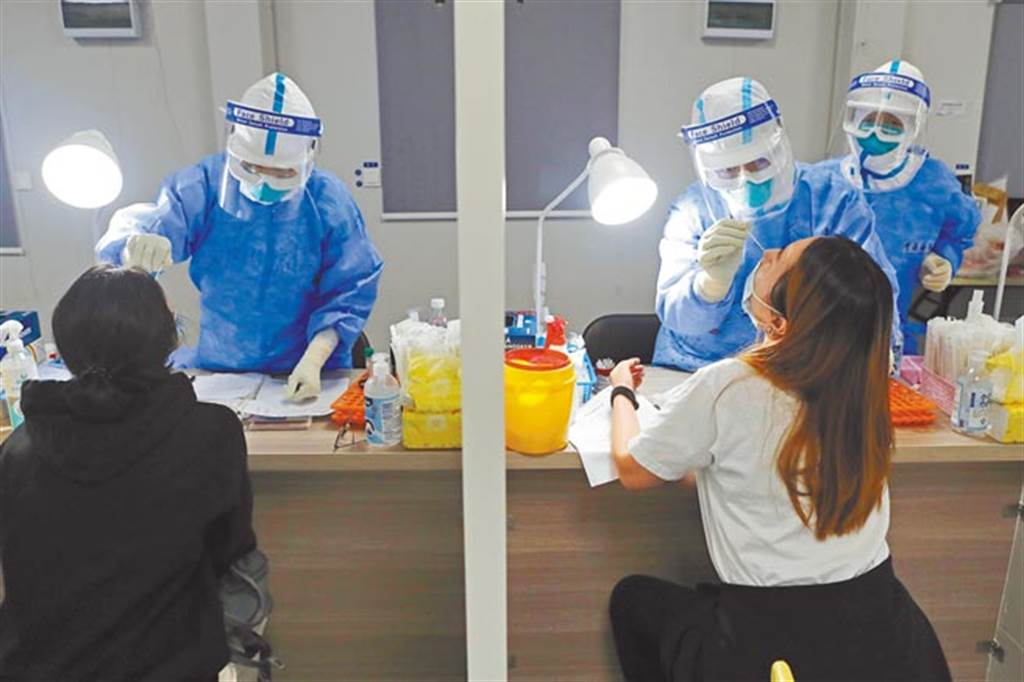 目前國內核酸檢測自費篩檢約5000~7000元,有台商反映,比大陸的醫院高出19倍。圖為上海浦東機場對入境旅客進行核酸檢測。(資料照/中新社)