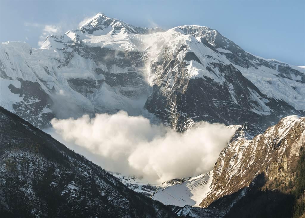 一名男遊客在尼泊爾山區,意外近距離欣賞到雪崩的驚人景象。(示意圖/達志影像)