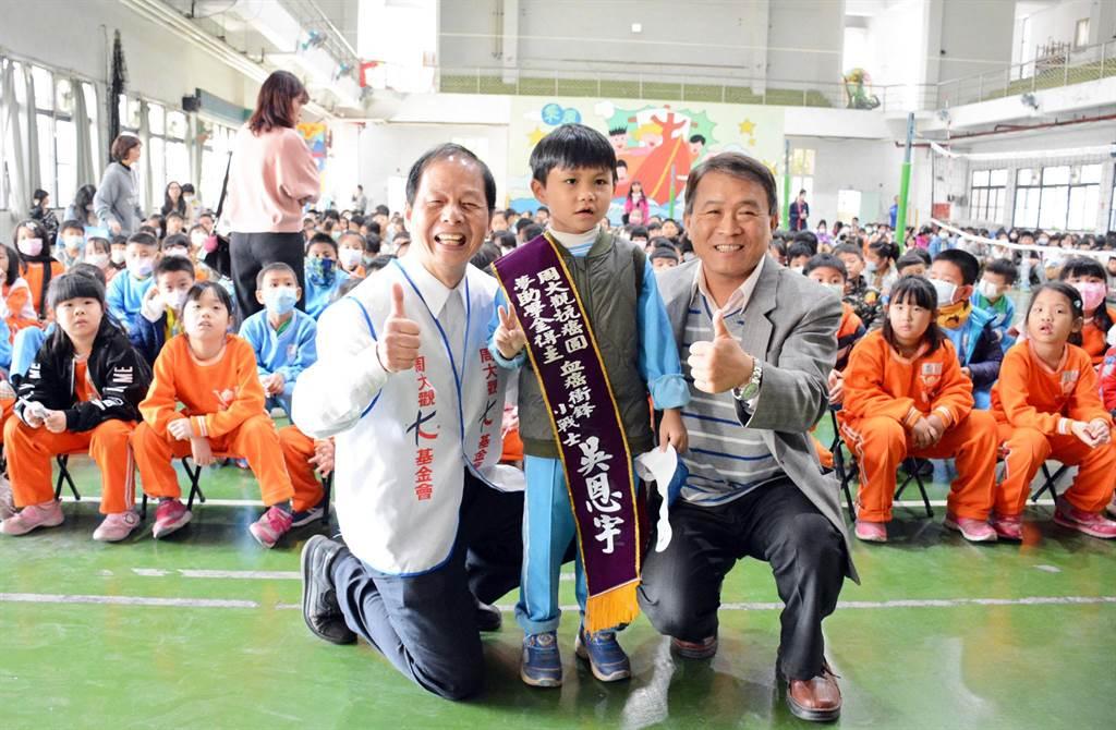 抗癌成功後,吳恩宇(前排中)順利進入學校就讀,更獲得周大觀文教基金會2021年「抗癌圓夢助學金」殊榮。(林和生攝)