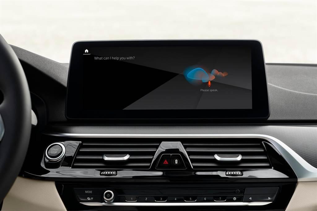 借助My BMW App,Amazon Alexa可以在裝有BMW iDrive 7.0的車輛中使用。可在應用程式中鏈接了他們的Amazon帳戶後,而後可以透過說出招喚語「Alexa」或按鍵觸控方式,在車輛中使用智能語音助理。然後可使用此聲控功能來播放音樂、收聽新聞,以及控制可兼容的智能家居設備…等等數千種智慧功能。此Alexa功能最初在德國、奧地利、西班牙、義大利和英國提供。從2021年3月開始,此聲控服務將在更多國家/地區推出。
