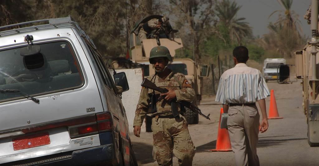 是否要持續撤軍阿富汗與伊拉克,將影響美國反恐戰略。伊拉克是否有能力維持秩序,成為反恐關鍵。圖為伊拉克軍人於街道巡邏。(圖/DVIDS)