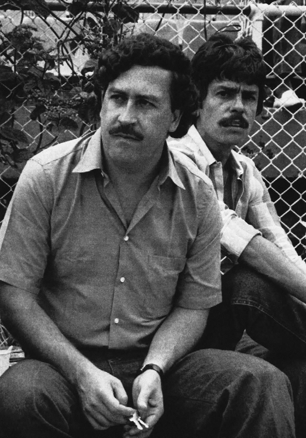 這張1983年的檔案照片中,大毒梟艾斯科巴爾看足球比賽。他生前竟有自己的動物園。(圖/美聯社)