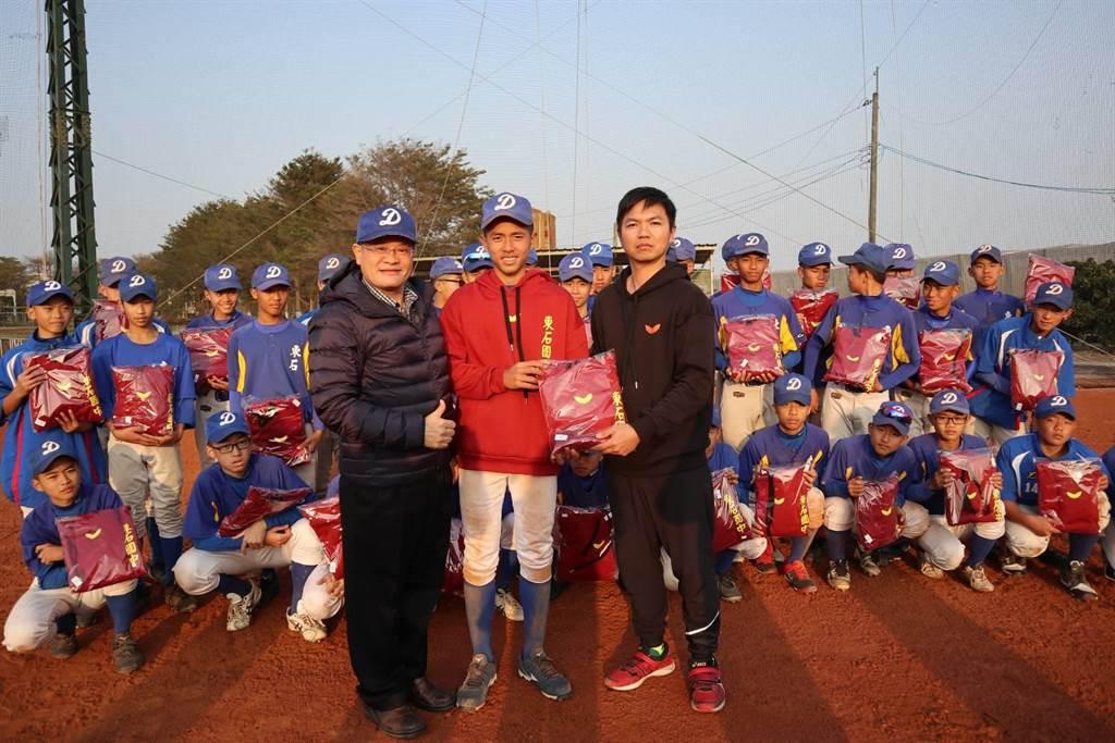 東石國中校長黃國軍(左)感謝高林文創基金會捐贈棒球隊球衣。(張毓翎攝)