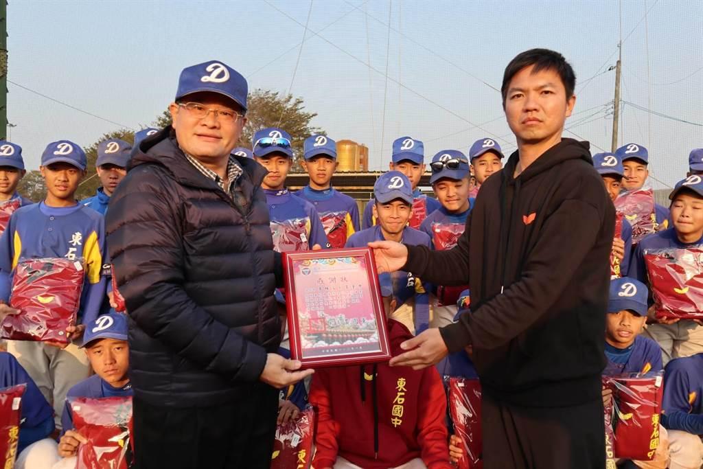 東石國中校長黃國軍(左)頒發感謝狀給高林文創基金會人員(右)。(張毓翎攝)