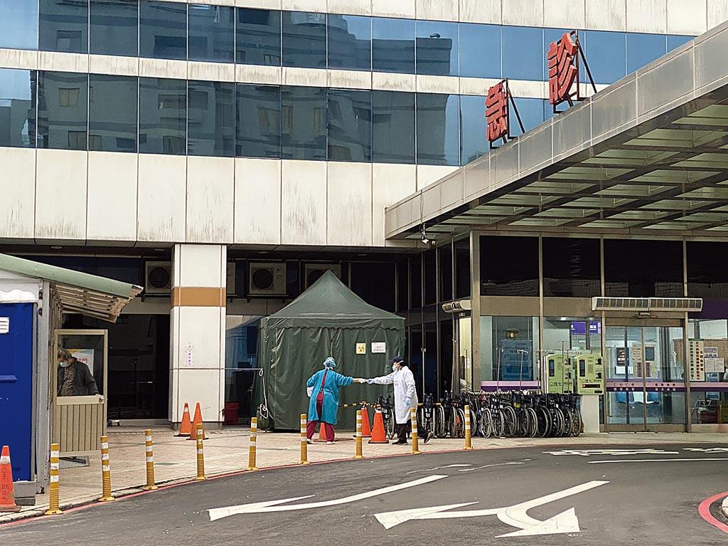 北部某醫院爆群聚共有4醫護確診新冠肺炎,急診室外的戶外採檢室17日不斷有出院病患和家屬被通知來採檢,醫護人員忙進忙出。(蔡依珍攝)