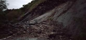 土石坍方佔據道路 花蓮瑞港公路暫單線雙向通行