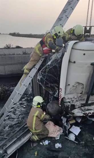 西濱北門系統 大貨車自撞翻落邊坡 警消救出受困駕駛