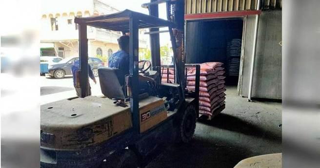 旗山分局警方歷經1個月追查,查出通緝犯王亦傑真實身分,追回390包失竊紅豆,全案宣告偵破。(圖/讀者提供)
