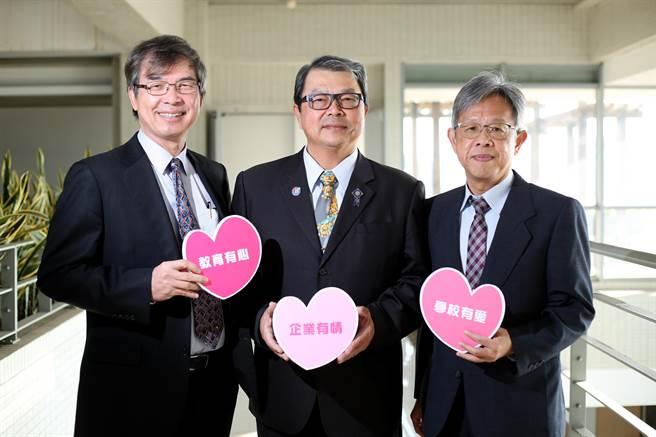 長期投身公益的EMBA校友蔡陽明(中)榮任第11屆校友總會理事長。(陳世宗攝)