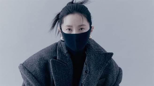 李英愛近日登上時尚雜誌封面,造型大突破令網友們驚艷。(圖/IG@ marieclairekorea)