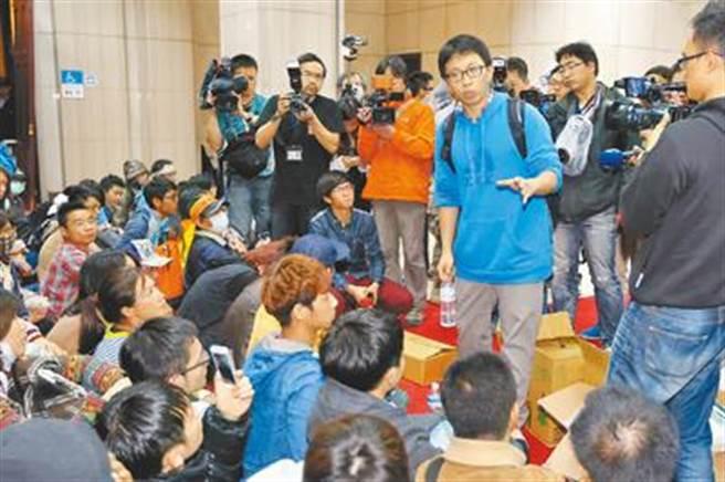 涉煽惑群眾攻占行政院的「太陽花學運」核心成員魏揚(右)等人。(中時資料照)