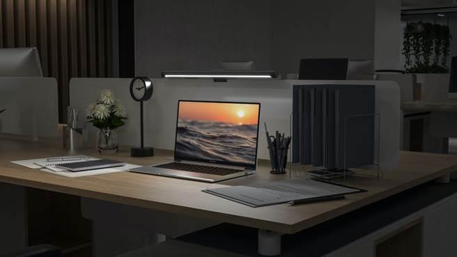 無炫光、高顯色的「米家螢幕掛燈」工作或追劇時可同時護眼。(小米提供/黃慧雯台北傳真)