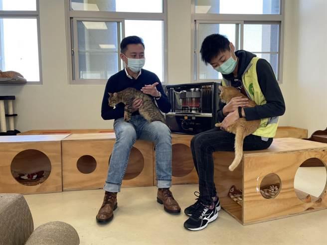 新竹市動物保護教育園區改造開放至今天剛好滿周年,市長林智堅(左)特地造訪並擔任1日「毛小孩認養大使」。(陳育賢攝)