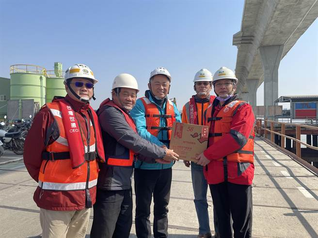 金門大橋至去年12月底實際工程進度已達84.74%,縣長楊鎮浯今慰勉施工團隊的辛勞。(縣府提供)
