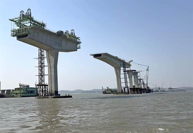 銜接大、小金門,含引道全長5.4公里,總建設經費約新台幣75億元的金門大橋為國內第1座海上脊背橋梁。(縣府提供)