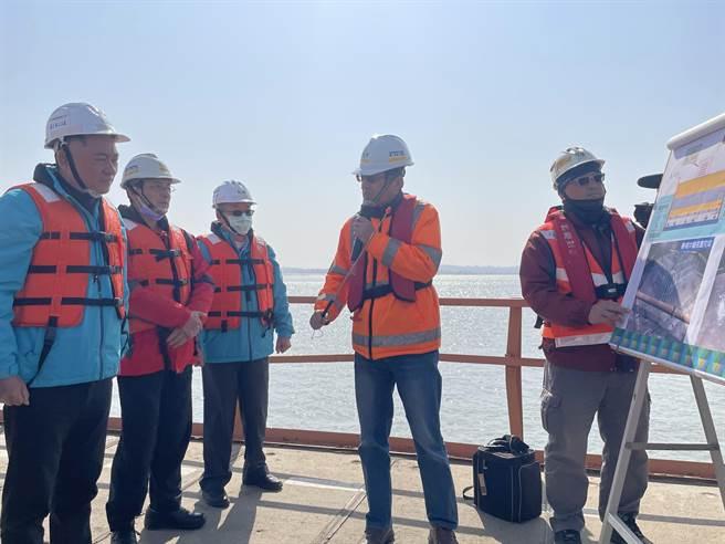 楊鎮浯縣長(左)聽取工進簡報,期許在今年底如期如質完工。(縣府提供)