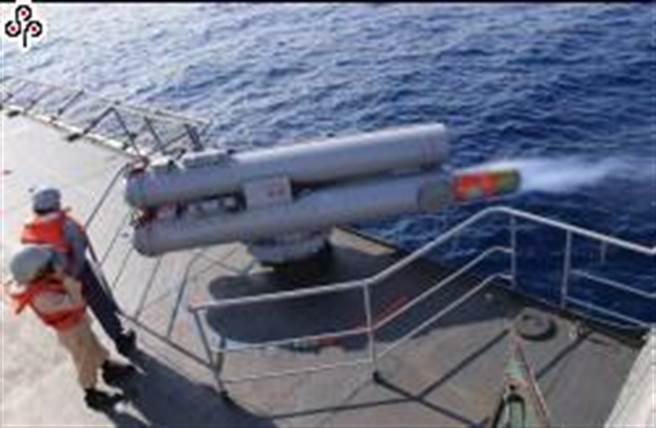 西寧軍艦1月16日清晨出港執行任務期間,左俥碰觸水下不明物,隨即安排西寧艦安全返港靠泊。圖為海軍西寧軍艦執行反潛魚雷投射訓練。(軍聞社提供)