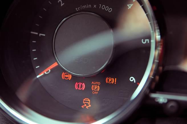原PO日前發現車內儀表板冒出黃色燈號,卻不知所為何事,便上網求解。(示意圖/達志影像)