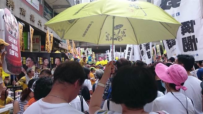 北京在香港實施《香港國安法》之後,香港政治情勢大幅轉變,英國對香港啟動新的英國國民海外護照(BNO)政策,預期會有大批港人加速移民。圖為香港居民參加抗議活動。(圖/推特@ruehlig)