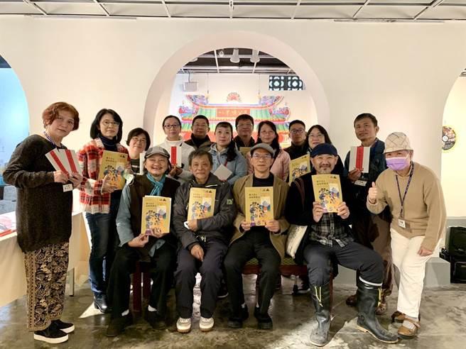 由台南社大發起的台南首本公民文學雜誌《土道》創刊已10年,未來將朝政策倡議持續邁進。(李宜杰攝)