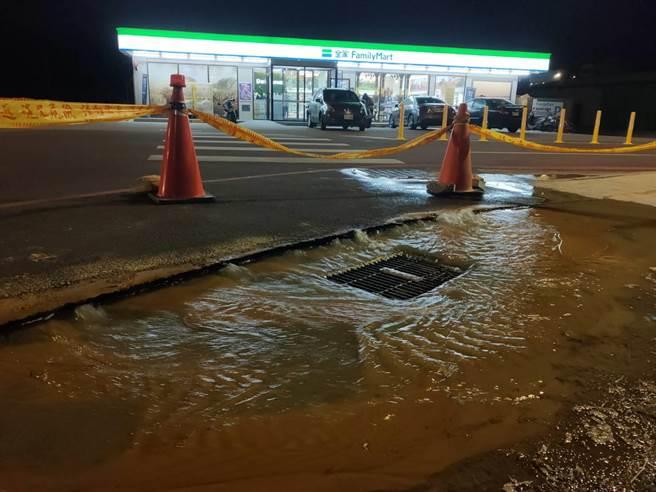 金門久旱不雨,水情持續吃緊,金湖鎮太湖路一帶1條10吋水管爆裂,自下午4時以後溢流路面,不斷大量漫淹入溝。(民眾提供)