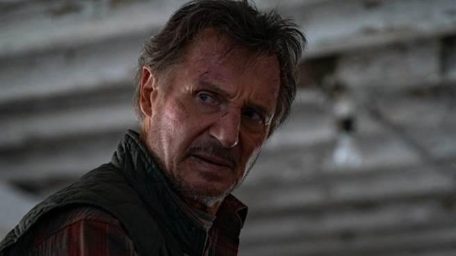 連恩尼遜主演《捍衛救援》是2021首部拿下票房冠軍的新片。(車庫提供)