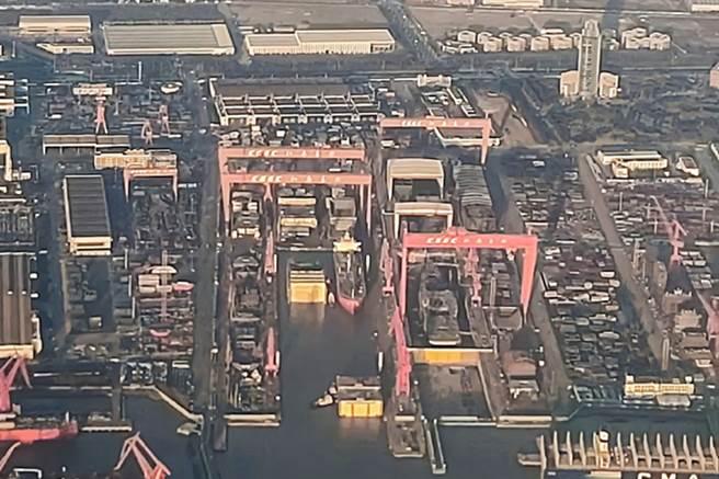 陸003型航母在江南造船廠建造,近日被拍到航母機庫分段已接近完成。(圖/微博)