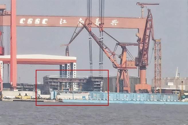 大陸003型航母開始搭建機庫分段,原先的圍欄已無法遮蔽新建造的部份,未來水線以上建造速度會更快,預計完成的噸位可能接近8萬噸。(圖/百度貼吧)