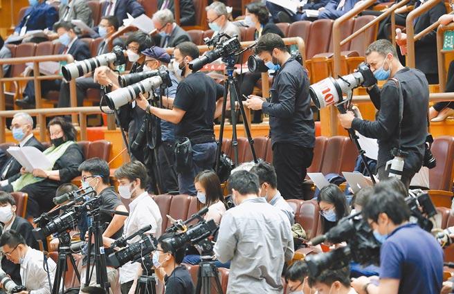 大陸地方兩會起跑後,北京與疫情嚴重的河北間已築起防線,對北京當局而言,當務之急就是確保今年全國兩會能如期在3月3日開幕。圖為去年第13屆全國人大第3次會議開幕,外國記者在現場採訪。(中新社)