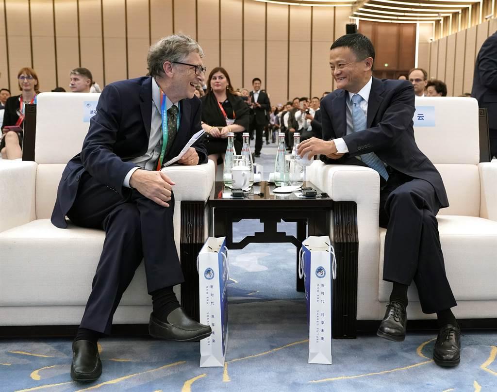這幾年來馬雲極盡風光,會見的不是國家元首就是世界級富豪或企業家。圖為2018年馬雲與比爾蓋茲對談。(圖/新華社)