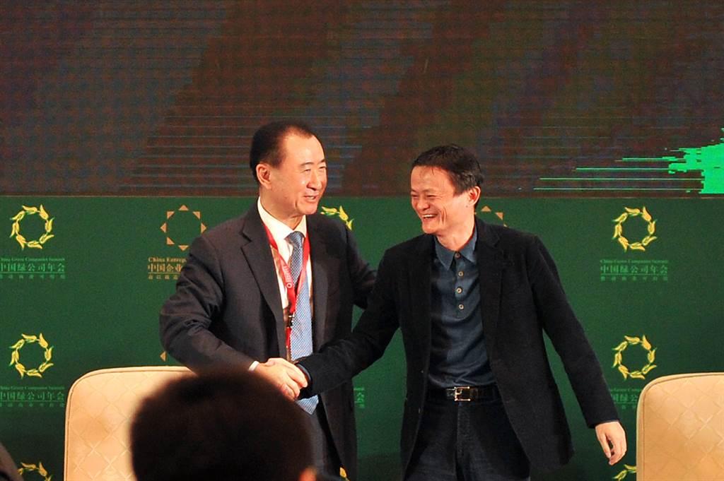 2015年在遼寧省瀋陽市王健林與馬雲握手交談,當年馬雲超越王健林成為新的中國首富。王健林在回答媒體有關「首富被馬雲搶走」的提問時,他對著馬雲說,「我們兩個怎麼搶(首富)呢,其實我們是好朋友」。(圖/中新社)
