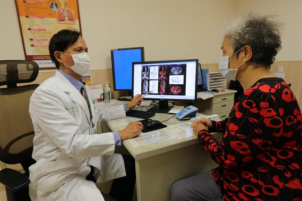 亞大醫院癌症中心副院長暨血液腫瘤科主任黃文豊向患者解釋病情。(亞大附醫提供/陳淑芬台中傳真)