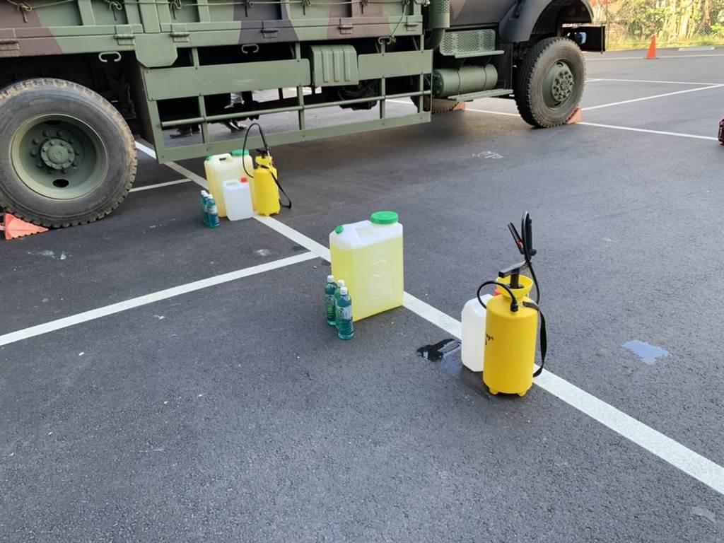 化學兵已在桃園醫院,於下午3點進行全面性大消毒。圖為氣霧式消毒機、手持式噴瓶。(圖/記者姜霏攝影)