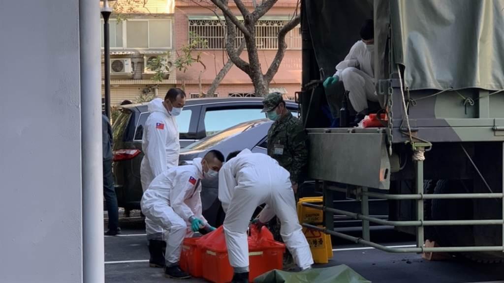 化學兵前往桃園醫院,將進行院內全面性消毒。(圖/記者姜霏攝影)
