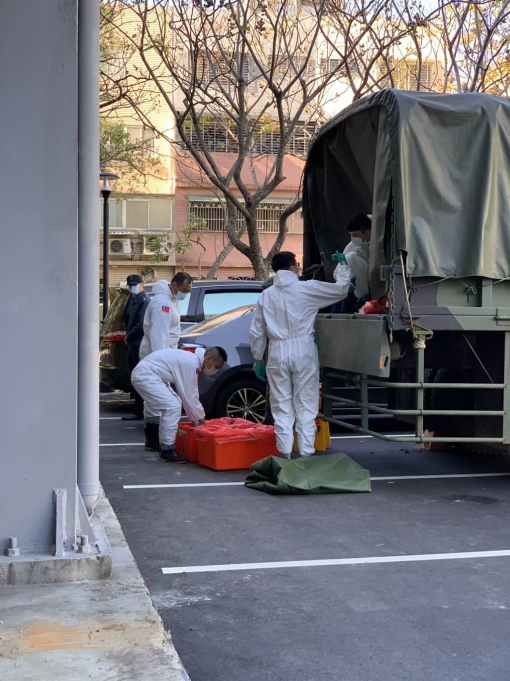 化學兵將於今日下午對桃園醫院進行全面性消毒。(圖/記者姜霏攝穎)