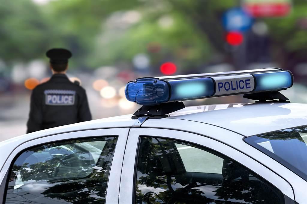 网路疯传一段影片,警察拦检拦到自己老婆跟小王。(示意图,达志影像/shutterstock)