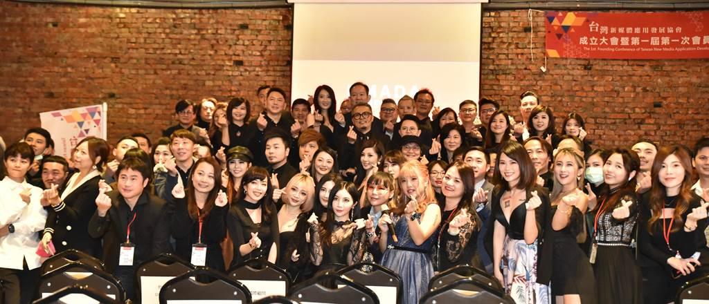 台灣新媒體應用發展協會19日在橋頭區舉行會員大會,吸引許多網紅出席。(林瑞益攝)