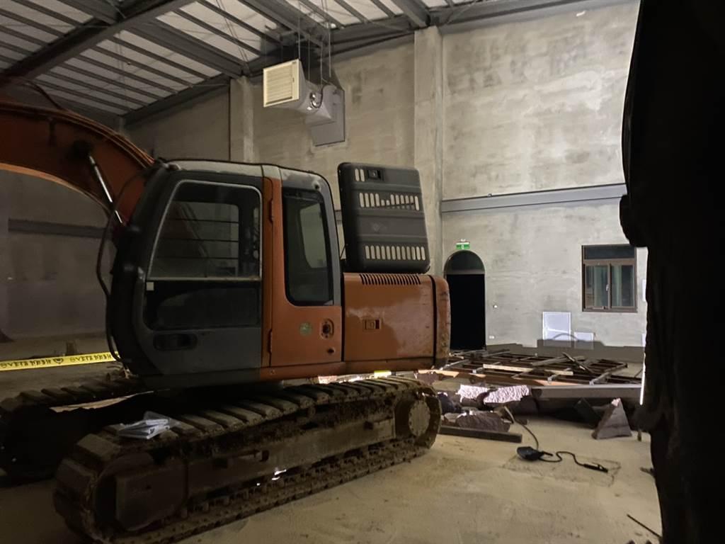 移工開怪手施工 2噸重石板壓死一旁老董 警消一看竟是義消(戴上容 翻攝)