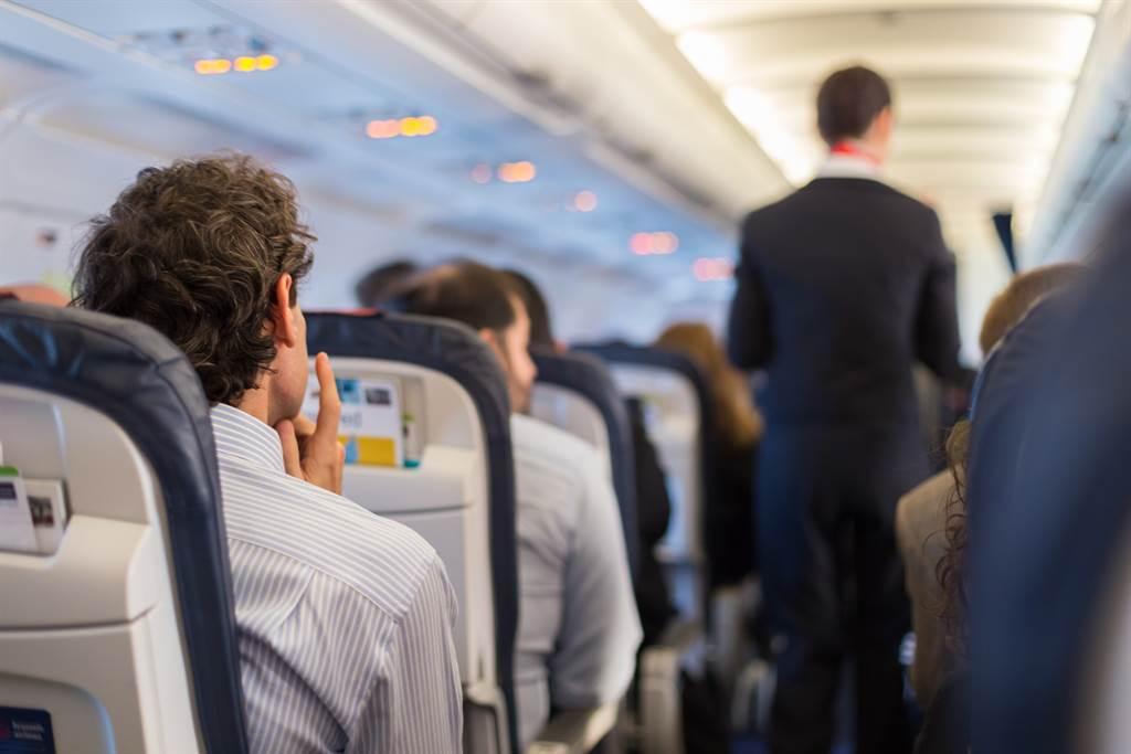 美國一名空姐拍片告誡大家,搭乘飛機時千萬不要喝和熱水相關的飲品。(示意圖/達志影像)