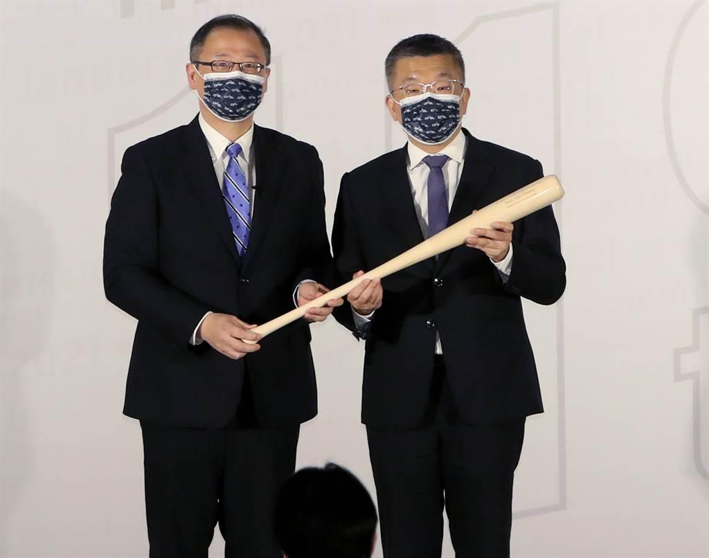 中職新會長蔡其昌(右)、前會長吳志揚(左)除了政黨不同,都是正值盛年的政治人物。(鄭任南攝)