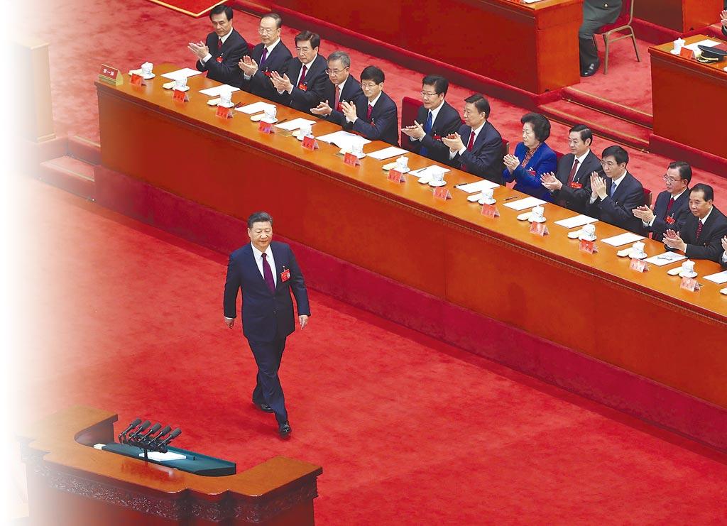 距2022年中共二十大剩一年多,權力頂層的25人中央政治局屆時將有12人屆齡退休,北京正加速人事布局,備受矚目。圖為2017年10月中共十九大開幕。(新華社)