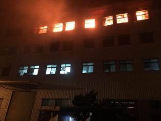 台南仁德塑胶工厂火警烈焰冲天 幸无人员受困
