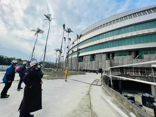 北市勞動局長陳信瑜(左)18日突擊檢查臺北大巨蛋。圖/勞動局提供