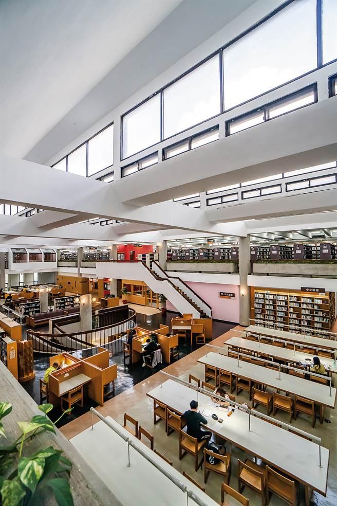 中原大學張靜愚紀念圖書館,在王秋華的設計之下,首開國內開架式圖書館先例,就連閱讀區的桌椅家具,也由她一手包辦。(圖/中原大學提供)