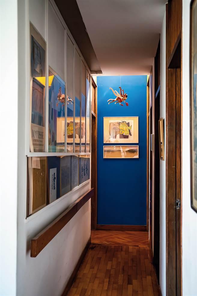雪舍走廊的盡頭,挑高處特別加裝天窗,引陽光入內,並裝上抽風機,引導室內空氣流動。(圖/林旻萱提供)